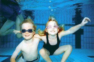 Bimbi che ridono sott'acqua - www.acquaamica.it