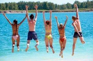 Amici che si tuffano insieme in acqua - www.acquaamica.it
