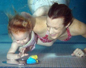 Giocare e ridere sotto acqua con figli o nipoti -www.acquaamica.it
