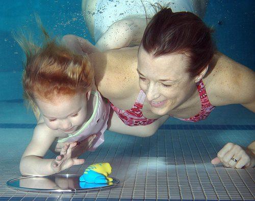 Giocare e ridere sott'acqua con figli o nipoti